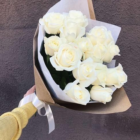 Букет роз «Белые в крафте» 15 роз