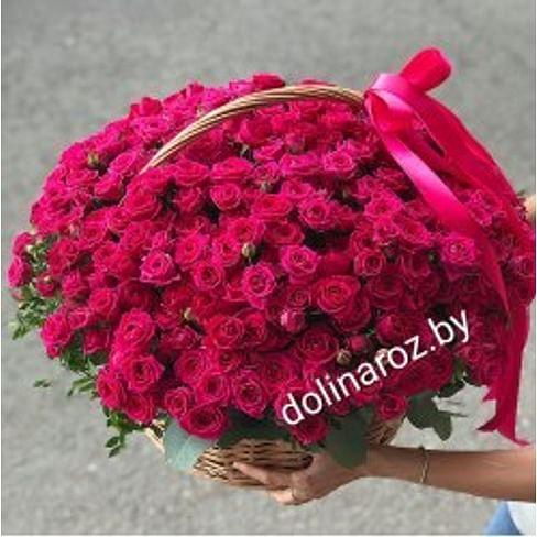 """Корзина с цветами """"Малиновый праздник"""" Кустовые розы"""