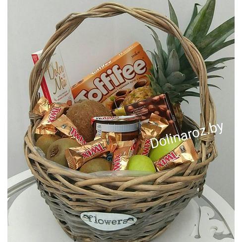 Корзина с фруктами и сладостями №2