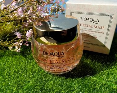 Гелевая маска для лица с лепестками роз Rosehydrating Petals Mask (120г) универсальная Bioaqua