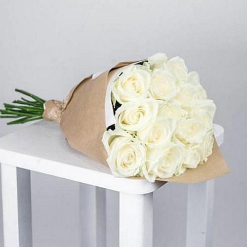 Букет белых роз в крафте 15 роз