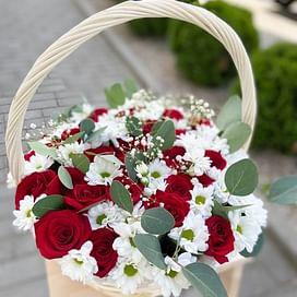 """Корзина """"Бело-красная"""" 31 роза"""