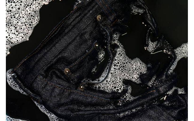 Как стирать чёрные джинсы, чтобы они сохранили цвет?