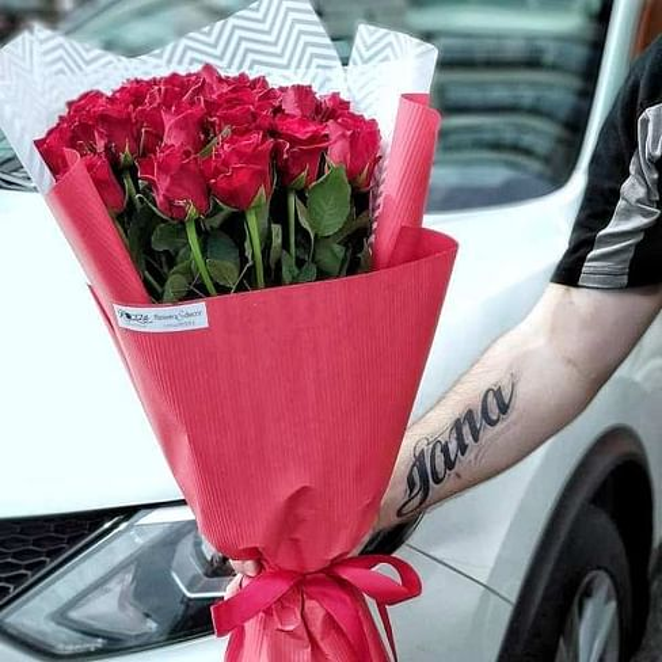 Букет из 25 красных роз в оформлении с пленкой 60 см