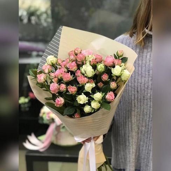 Букет из 5 кустовых роз с оформлением