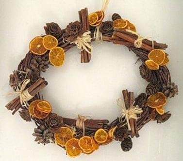 Новогодний венок с корицей и апельсинами